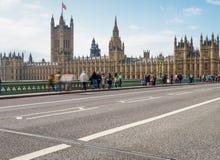LONDON - 29. SEPTEMBER 2013: Touristen auf Westminster-Brücke lon Lizenzfreie Stockfotos