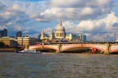 London sikt från Thameset River, stad av den London och Sts Paul domkyrkan Royaltyfria Foton