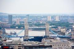 London sikt med tornbron in på en molnig dag royaltyfri bild