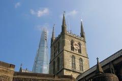 London skärva som stiger upp bak den Southwark domkyrkan Arkivbild