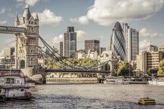 London-Skyline gesehen von der Themse Stockfotos