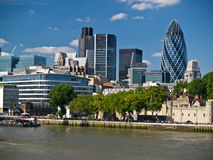 London-Skyline hinter der Themse Lizenzfreies Stockfoto