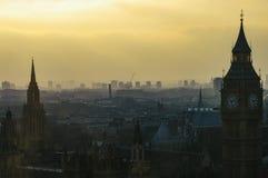 London-Skyline im Jahre 2007 an der Dämmerung mit Smognebel bei Sonnenuntergang, Abend lizenzfreies stockfoto