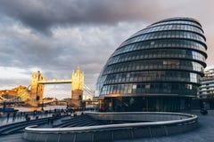 London-Skyline mit Rathaus und Turm-Brücke bei Sonnenuntergang, London Stockbild