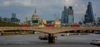 London-Skyline mit roten Bussen Lizenzfreies Stockbild