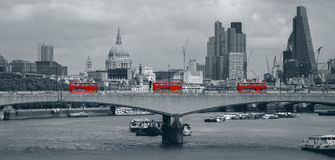 London-Skyline mit roten Bussen Stockfotos