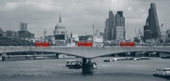 London-Skyline mit roten Bussen Stockfotos