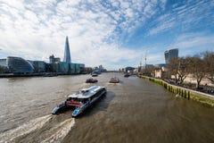 London-Skyline mit skysrapers auf blauem backgroung Stockbilder