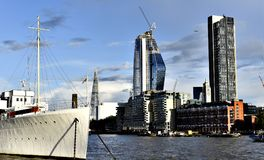London skyskrapor, flodThemsen Royaltyfria Foton