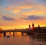 London solnedgång på Themsen med St Paul Pauls Arkivfoto