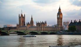 London solnedgång Stora Ben och hus av parlamentet, London Arkivbilder
