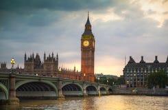 London solnedgång Stora Ben och hus av parlamentet, London Arkivbild