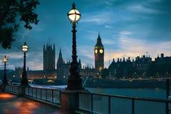 London solnedgånghorisont Bigben och Themsen Arkivbilder