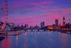 London solnedgånghorisont Bigben och Themsen royaltyfria foton