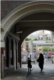 London: Sozialwohnungsmutter und -kind Lizenzfreie Stockfotos