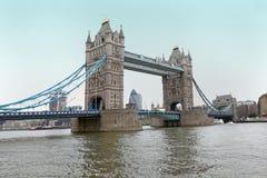 London står hög överbryggar Royaltyfria Bilder