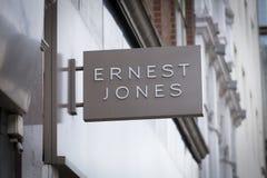 London, större London, Förenade kungariket, 7th Februari 2018, ett tecken och logo för Ernest Jones arkivbild