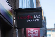 London, större London, Förenade kungariket, 7th Februari 2018, ett tecken och logo för Soho Wagamama nudellabb royaltyfri foto