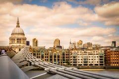 London-St Pauls domkyrka-solnedgång royaltyfri fotografi