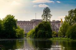 London stad/England: Sikten på Buckingham Palace från St James parkerar arkivbild