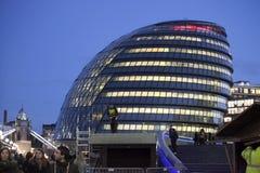 London stad Hall Building och tornbro på November 18, 2016 i London, UK Stadshusbyggnaden har en ovanlig lökformig sha Royaltyfri Bild