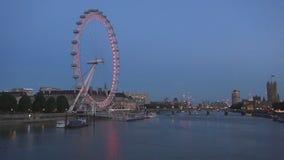 London stadsbild i natt med London Eye Thames River och den Westminster slotten lager videofilmer