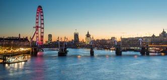 London stadshorisont på solnedgången London öga och Big Ben under konstruktion Arkivbild