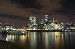 London stadshorisont vid natt från flodstranden Royaltyfria Bilder