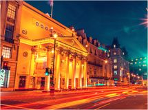 London-Stadt in der Nachtzeit mit beschäftigtem Verkehr stockbild