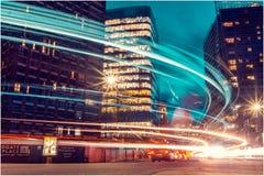 London-Stadt in der Nachtzeit mit beschäftigtem Verkehr lizenzfreies stockfoto