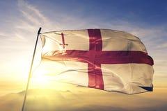 London-Stadt des England-Flaggentextilstoffgewebes, das auf den Spitzensonnenaufgangnebelnebel wellenartig bewegt lizenzfreie abbildung
