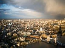 London-Stadt ungefähr zum Regen Lizenzfreie Stockfotos