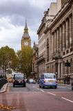 London-Stadtstraßenbild mit Taxis auf großem George Street Stockbilder