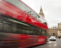 London-Stadtszene mit rotem Bus in der Bewegung lizenzfreie stockfotografie