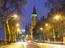 London-Stadtszene mit rotem Bus und Big Ben im Hintergrund lizenzfreie stockfotos