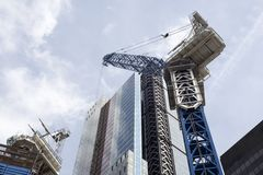 London-Stadtwolkenkratzer mit einem Kran stockfotografie