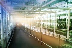 LONDON STANSTED FLYGPLATS, UK - MARS 23, 2014: Flygplatsbyggnad i sollöneförhöjning royaltyfria foton