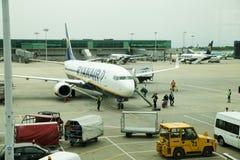 LONDON STANSTED FLYGPLATS, UK - MARS 23, 2014: Flygplatsbyggnad i sollöneförhöjning royaltyfri bild