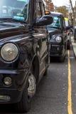 London Storbritannien April 12, 2019 Kensington gata Taxiparkering Den London taxin betraktas den b?sta taxien i arkivfoto