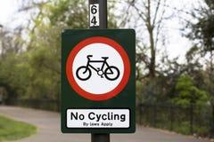 London Storbritannien Battersea parkerar Inget cykla undertecknar parkerar in royaltyfri bild