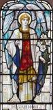 LONDON STORBRITANNIEN - SEPTEMBER 17, 2017: Ärkeängeln Gabriel på målat glass i kyrkliga St Michael, Chester fyrkant royaltyfri bild
