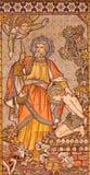 LONDON STORBRITANNIEN - SEPTEMBER 15, 2017: Den belade med tegel mosaiken av Abraham som erbjuder upp Isaac kyrktar in, alla helg Royaltyfri Bild
