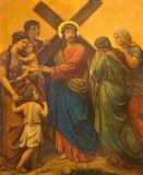 LONDON STORBRITANNIEN - SEPTEMBER 17, 2017: Den måla Jesus möter kvinnorna av Jerusalem som stationen av korset i kyrka Royaltyfri Foto