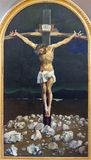 LONDON STORBRITANNIEN - SEPTEMBER 17, 2017: Den moderna målningen av korsfästelse i kyrka för St Peter Italian av Cyril Mount 167 Royaltyfri Bild