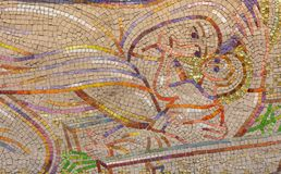 LONDON STORBRITANNIEN - SEPTEMBER 18, 2017: Den moderna mosaiken av Kristi födelse i kyrkliga Notre Dame de la France av Boris An arkivfoto