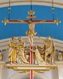 LONDON STORBRITANNIEN - SEPTEMBER 14, 2017: Den skulpturala gruppen för modern hangind av korsfästelse i kyrkaSt Mary le Bow Arkivfoto