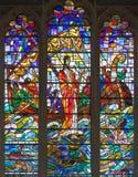 LONDON STORBRITANNIEN - SEPTEMBER 14, 2017: Detaljen av tillbedjan av de tre vise männen på målat glass i kyrkaSt Michael Cornhil Arkivbild