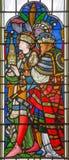 LONDON STORBRITANNIEN - SEPTEMBER 14, 2017: Detaljen av tillbedjan av de tre vise männen på målat glass i kyrkaSten Michael Cornh Arkivfoton