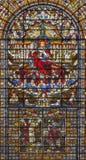 LONDON STORBRITANNIEN - SEPTEMBER 14, 2017: Jesus Christ konungen på målat glass i kyrkaSten Edmund konungen Royaltyfri Fotografi