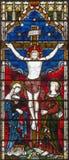 LONDON STORBRITANNIEN - SEPTEMBER 19, 2017: Korsfästelsen på målat glass i kyrka för ` s för St Mary Abbot Royaltyfria Bilder